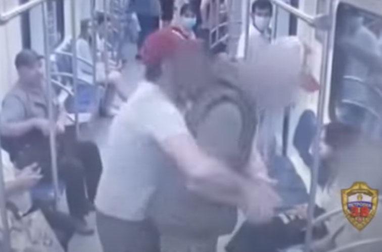 Пьяного с ножом быстро скрутили в метро