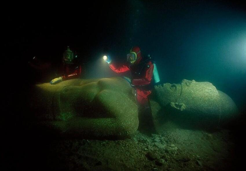 Затонувшая статуя фараона, найденная недалеко от затопленного города Гераклион