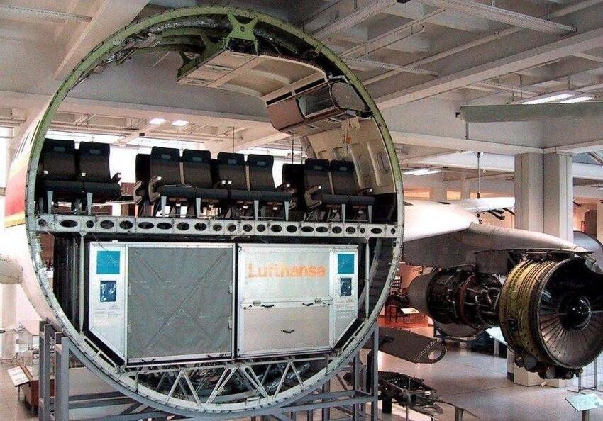 Пассажирский самолёт в разрезе