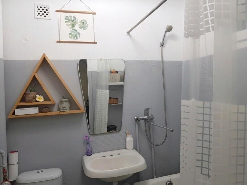 Сразу стало свежо, чисто, светло и очень приятно пользоваться ванной и туалетом. Добавили парочку украшений - и комната преобразилась