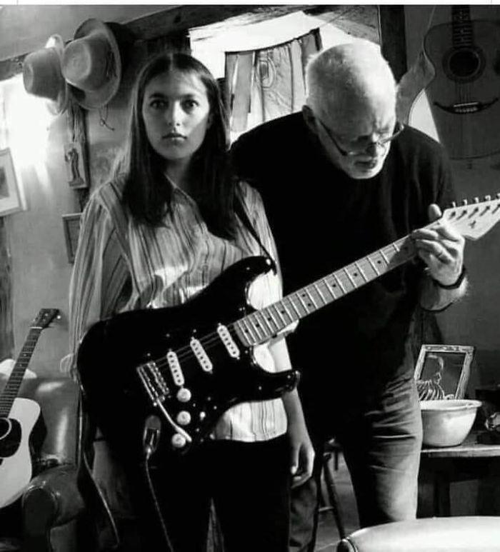 9. Когда ты просто хочешь поиграть на гитаре, но твой отец – тот самый мужик из Pink Floyd.