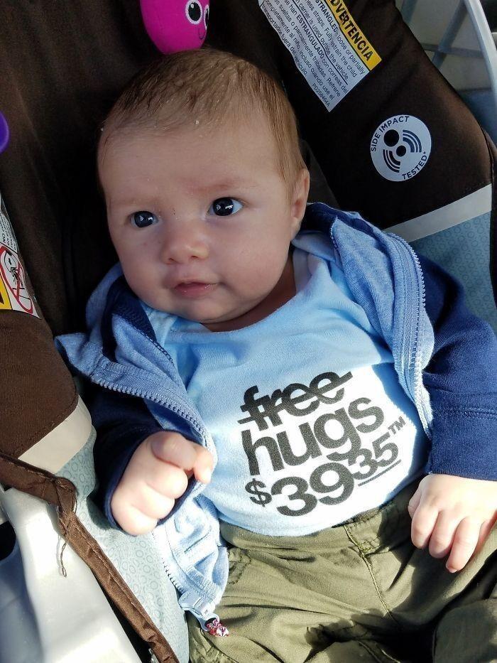 33. «Я отец, который заплатил в больнице $39,35, чтобы мне дали подержать сына. Вот мой сын в новой любимой футболке»