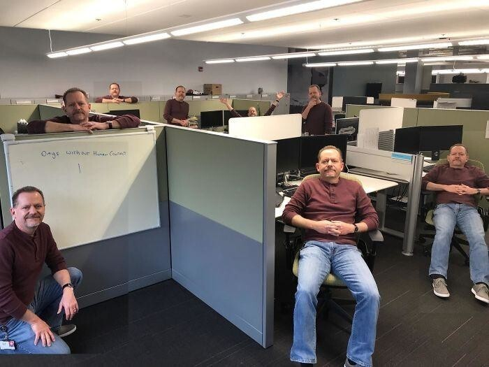 5. «Сегодня папа был один в офисе. Он сделал это фото и отправил всей семье»