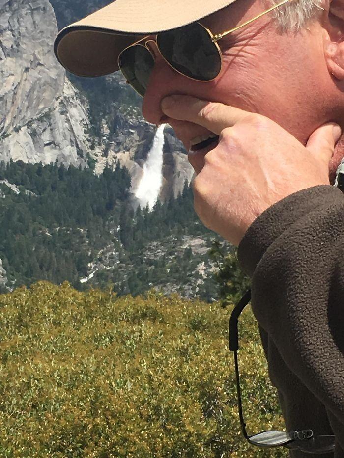 22. «Папа очень хотел сделать красивый кадр на фоне водопада в Йосемити»