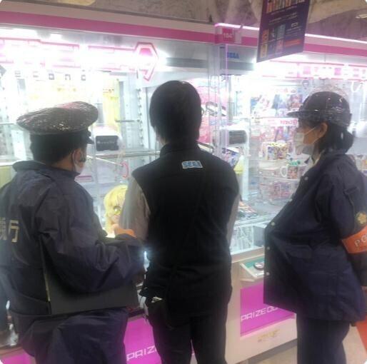 Японец 200 раз подряд безрезультатно кидал монеты в автомат-тельфер, разозлился и вызвал полицейских