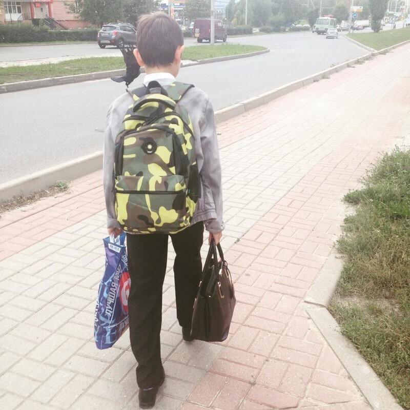 1. Все начинается с того, что мальчики начинают помогать девочкам, или своим мамам, с их сумками