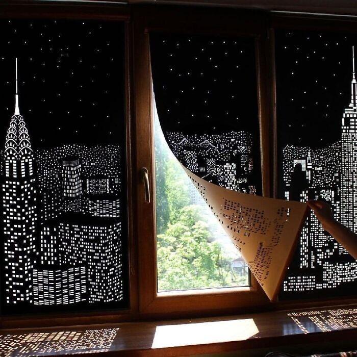 3. Затемняющие шторы с прорезанным в них узором ночного города под звездным небом