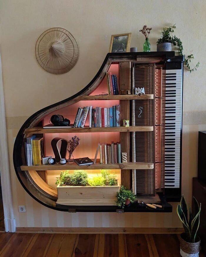 Книжная полка в виде рояля