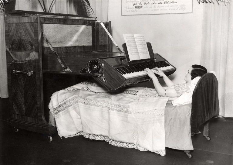 Фортепиано в постели. Сегодня у вас ноутбук на таких подставках, а у них пока только музыка