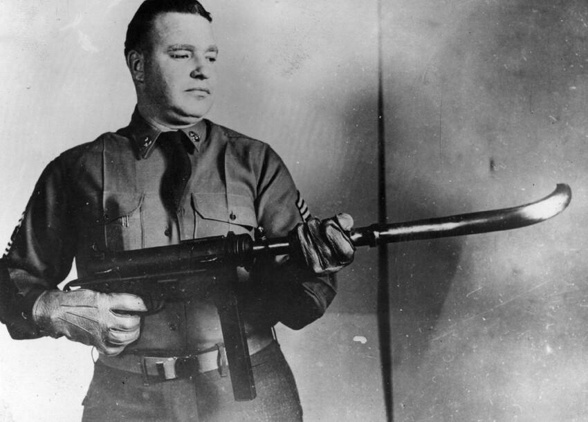 Пистолет-пулемет M-3 с изогнутым дулом для стрельбы из-за угла. 1953 г. США. Сегодня такое оружие более совершенно и работает с помощью системы линз и зеркал, тогда его просто загнули