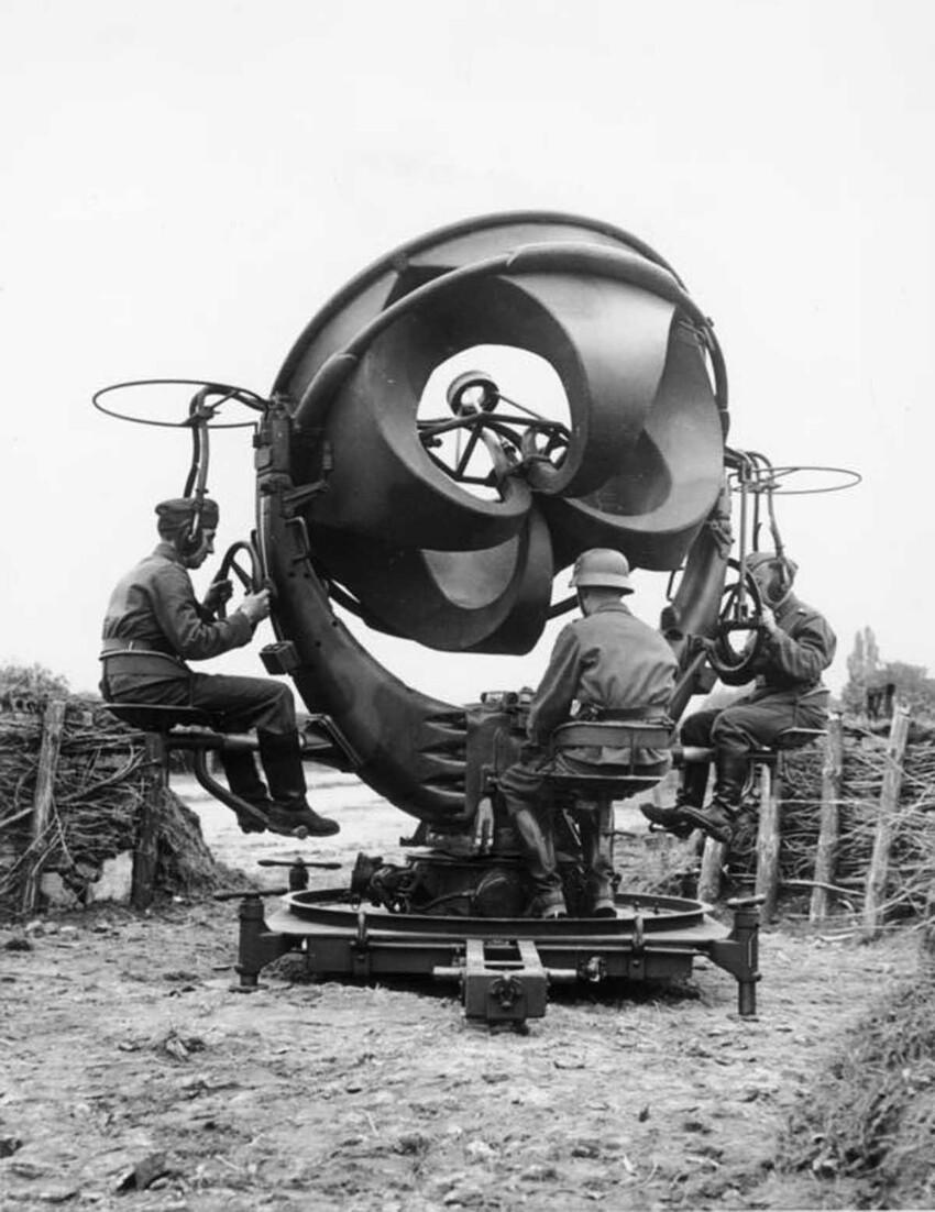 Один из вариантов акустического прибора, использовавшийся во время Второй мировой в немецких войсках, 1939 год. По некоторым данным, с его помощью удавалось обнаружить вражеский самолет на расстоянии до 12 км