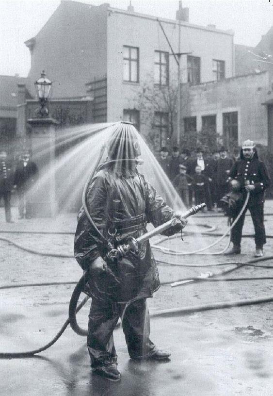Костюм пожарного с системой пожаротушения, начало 20-го века. Сегодня такое у нас в потолках делают