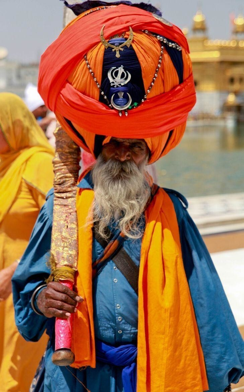 Тюрбан это не шапка - это длинные куски ткани, которые каждый день заново наматываются вокруг головы