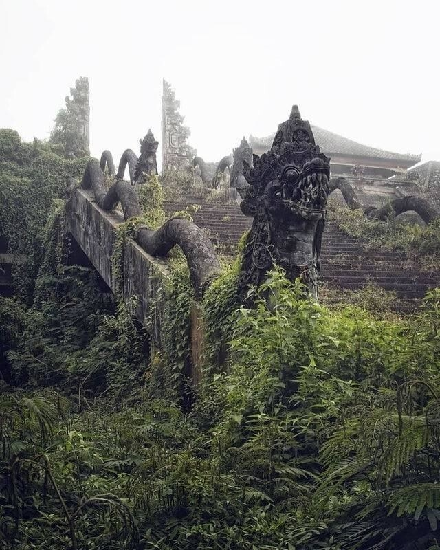 Заброшенный храм в Индонезии