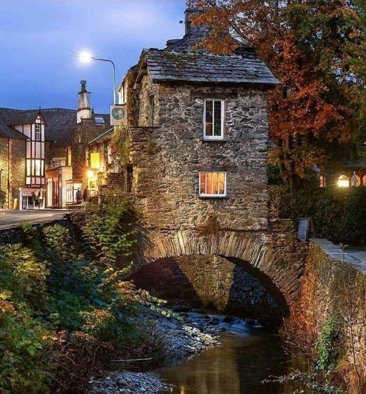 Эмблсайд-Бридж Хаус, 17 век. Этот крошечный дом построили на мосту, чтобы избежать платы налога на землю