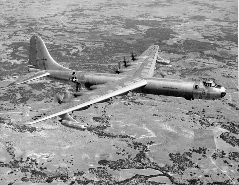 Американский стратегический бомбардировщик Convair B-36 Peacemaker в учебном полете над штатом Аризона, начало 1950-х годов