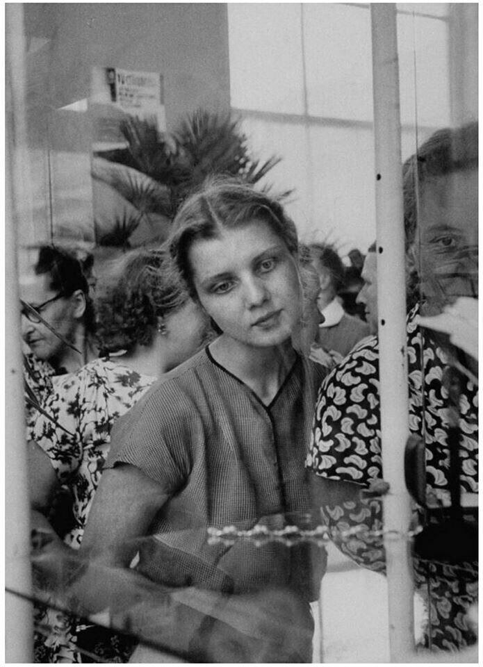 Взгляд женщины на браслет из горного хрусталя во время недели британской моды. СССР 1956 год.