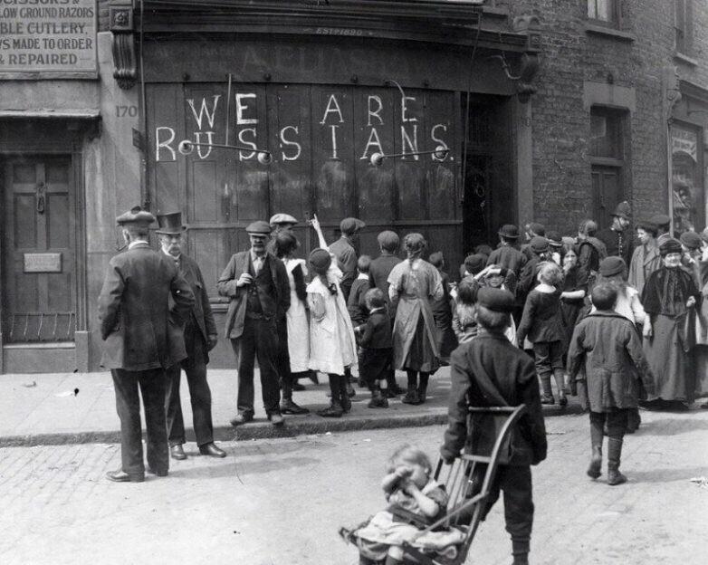«We are russians» писали на стенах домов и магазинов Лондона и не только, чтобы англичане не разгромили их, перепутав с немцами, июнь 1915 года.