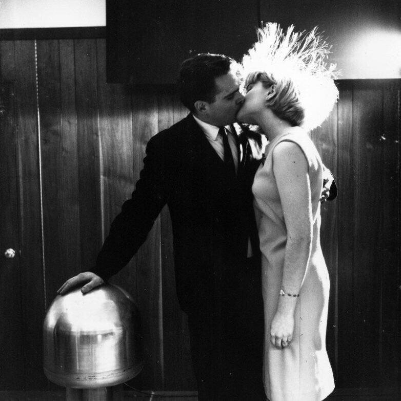 Джеймс Стаки с девушкой–добровольцем на лекции демонстрирует способность человеческого организма проводить ток, 1966 год, Нью–Йорк