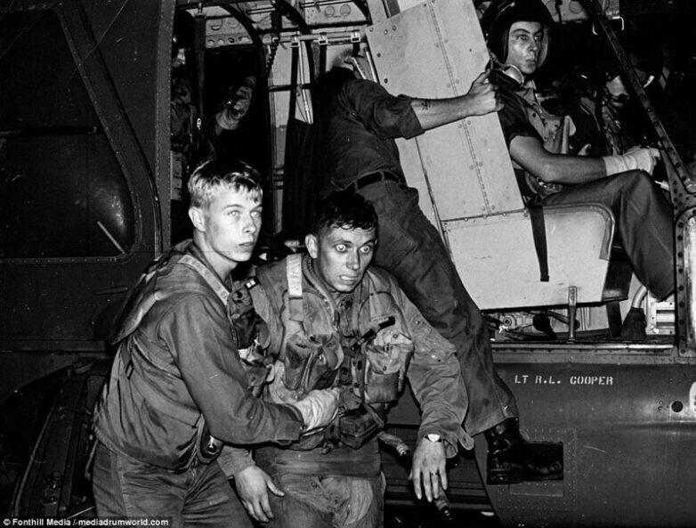 Пилот Виктор Вискарра, после эвакуации с места приземления в джунглях. После катапультирования его самолет F-105 Thunderchief прошёл под ним, когда тот спускался на парашюте, и врезался в гору. Война во Вьетнаме, 1966 год.