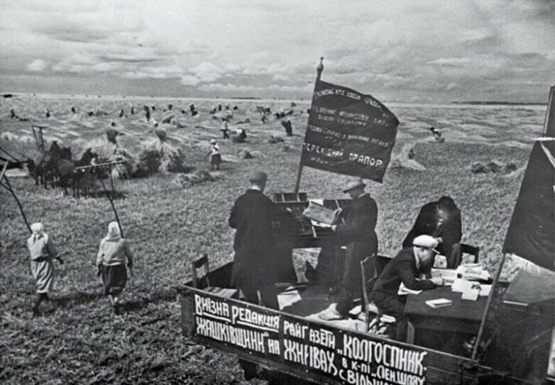 Выездная редакция газеты на уборке урожая. УССР, 1920-е