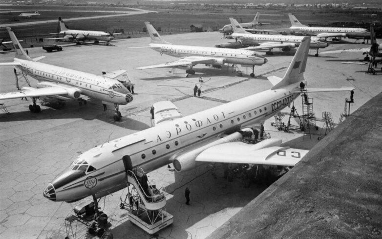 Самолеты Ту-104 проверяются перед полетом. Аэропорт Внуково в Москве. 1950-е