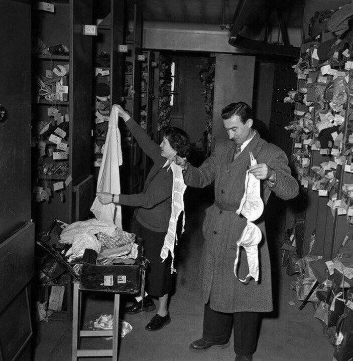 Комната хранения утерянных вещей в отделении полиции, Париж, 1954 г