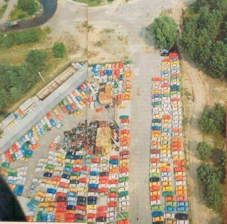 Стоянка брошенных Жигулей, Москвичей и мотоциклов, Чернобыль, 1986 год