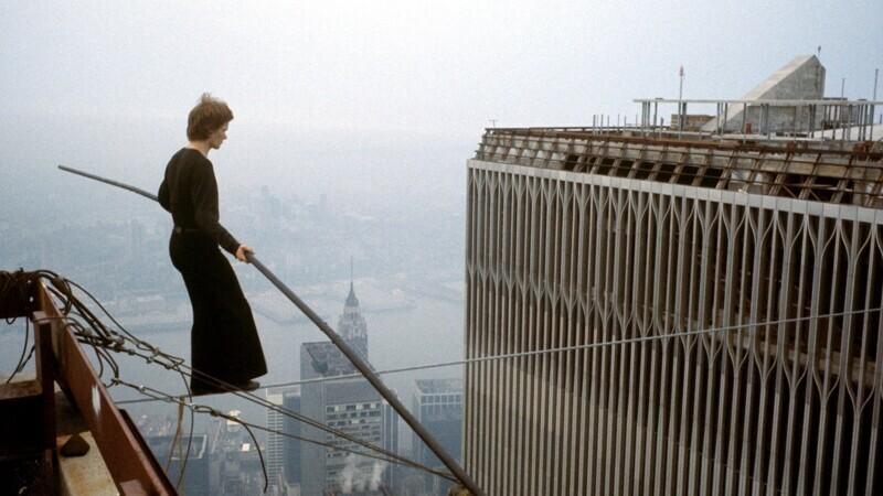 Французский канатоходец Филипп Пети совершает переход по канату между башнями Всемирного Торгового Центра. Нью-Йорк, 7 августа 1974 года
