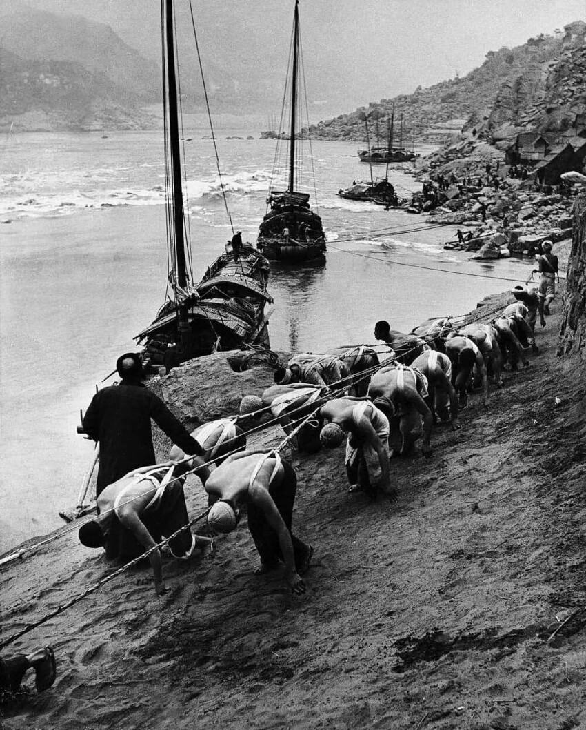 С XVI века до эпохи паровых двигателей - движение речных судов вверх по реке осуществлялось с помощью бурлаков. Волга была главной транспортной артерией России. Десятки тысяч бурлаков тянули вверх по реке тысячи судов.