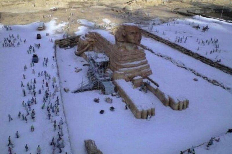 Легенда к этой фотографии гласит, что якобы на ней запечатлён сфинкс, покрытый слоем снега в результате первого за 112 лет снегопада в Каире. На самом деле, фото вообще не имеет никакого отношения к Египту, поскольку было сделано в японском тематиче