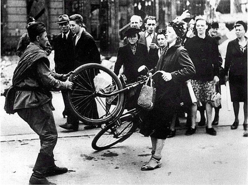 """Это фото часто можно видеть с подписью """"Советский солдат отбирает велосипед у немки"""""""