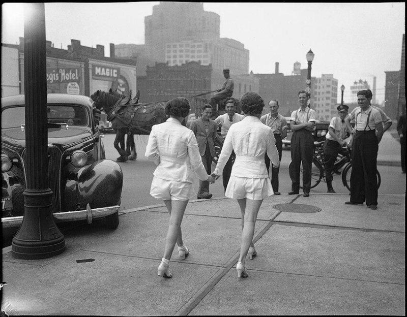Это фото позиционируется как самый первый выход девушек в шортах на публике, Торонто, 1937 год