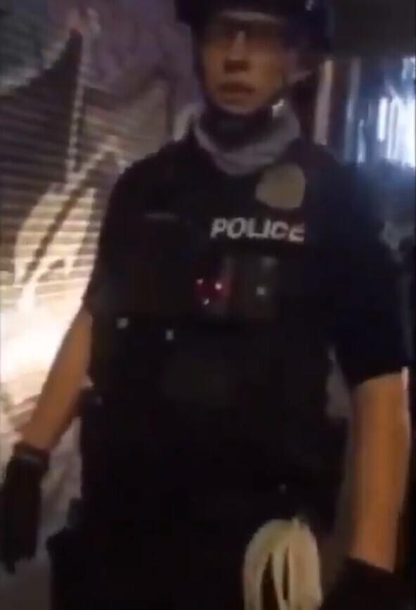 У феминистки внезапно возникли сложности с вызовом полицейского женского пола