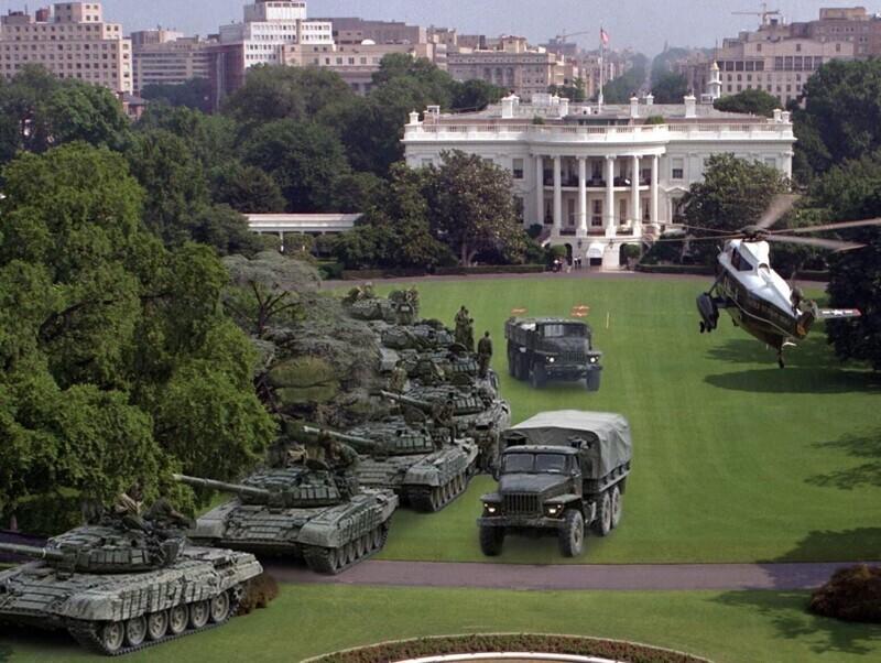 Члены российской гильдии фотошопа тоже пытаются помочь действующему президенту США