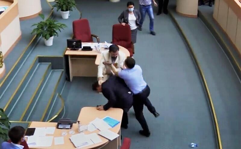 А вот кадры с ситуацией в Саратовской облдуме, где депутаты подрались из-за вопроса о нарушении этики