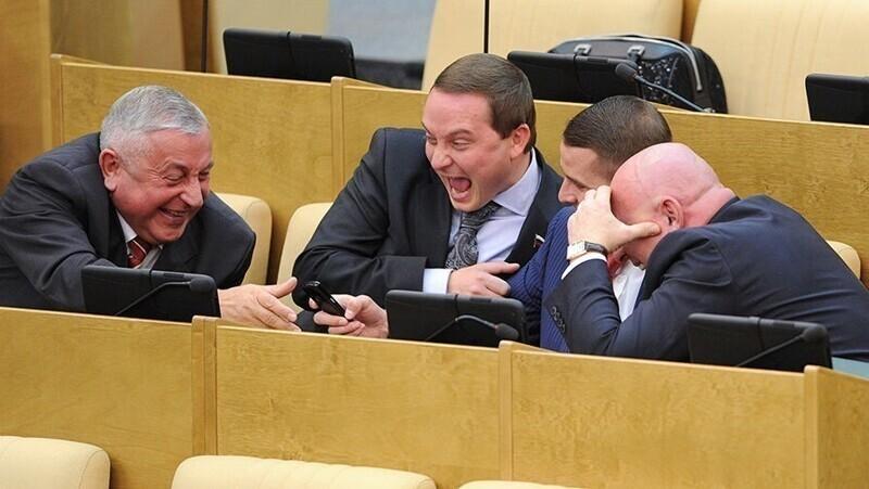 Раньше в подобных подборках мелькали веселые и беззаботные лица депутатов, сидящих на зарплате