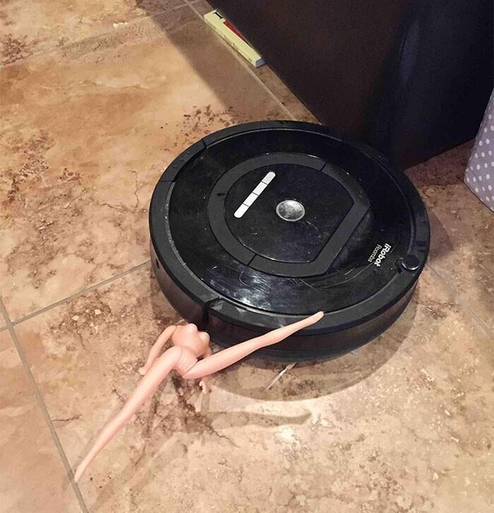 """""""Наш Roomba столкнулся с голой Барби. Голая Барби проиграла"""""""