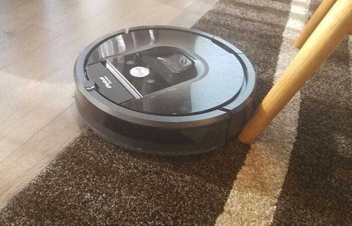 """""""Пришло уведомление от приложения iRobot: """"Roomba требует вашего внимания. Застрял рядом с утесом"""""""