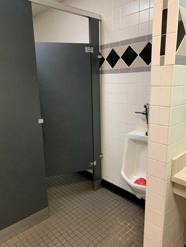 Дизайнер этого общественного туалета явно был не в себе, когда его проектировал