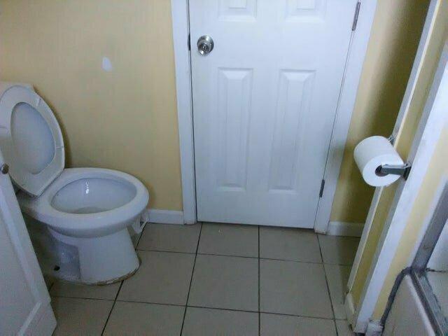Не слишком ли далеко находится держатель с туалетной бумагой?
