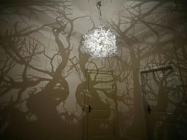 Люстра, превращающая комнату в жутковатый лес