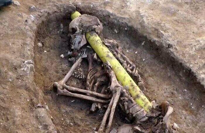 Эта линия электропередачи была проложена прямо через череп англосаксонки, похороненной на  кладбище VI века, о котором ничего не было известно