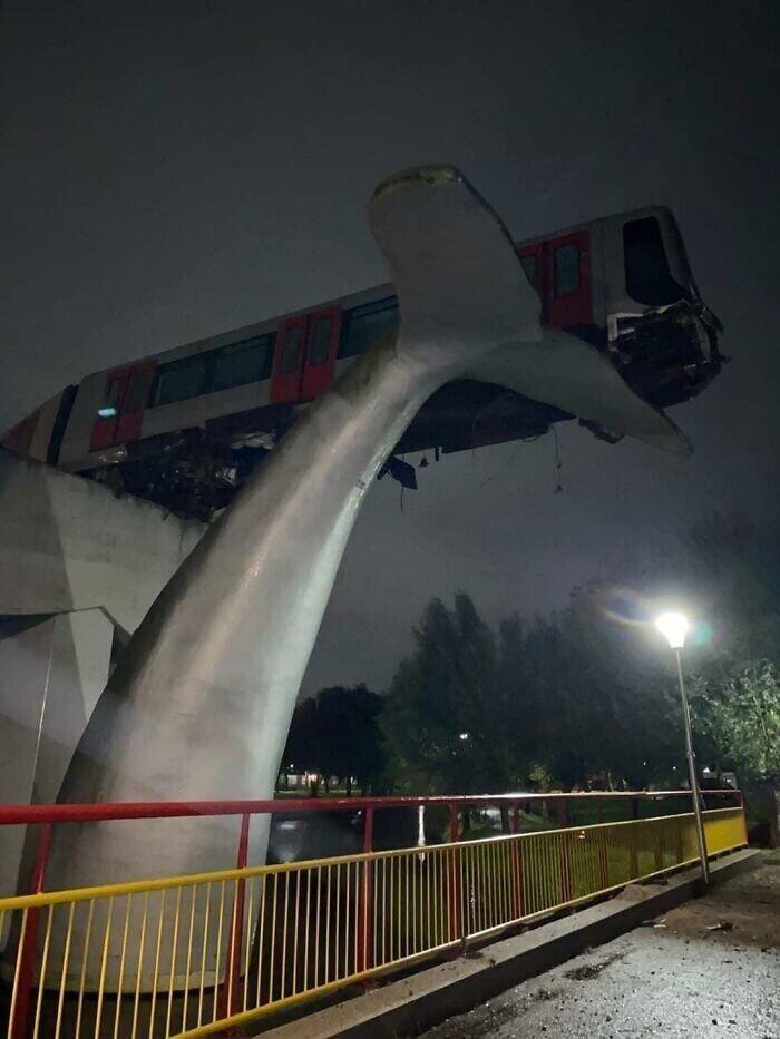 Поезд после неудачного торможения оказался на вершине статуи гигантского кита