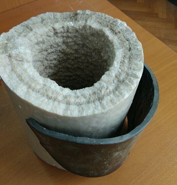 Известковое отложение в водопроводной трубе