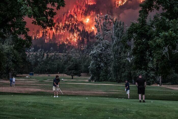 """Лесной пожар в Орегоне рядом с полем для гольфа - """"И пусть весь мир подождет"""""""