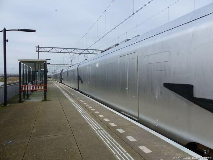 Вандалы выкрасили поезд серебряной краской. Целиком