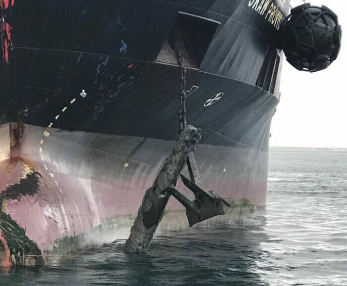 Неразорвавшаяся торпеда на якоре нефтяного танкера