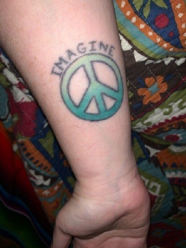 """""""Сделал эту тату, когда мне было 19 лет, как дань уважения Джону Леннону и песне Imagine"""""""