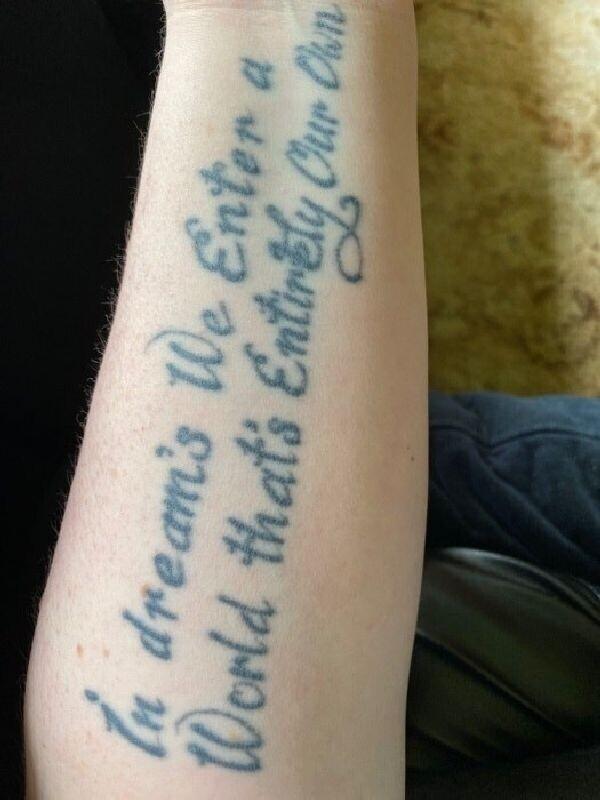 """7. """"Сделал эту татуировку несколько лет назад. И пожалел об этом практически сразу. Не из-за изображенных слов, а из-за того, как плохо она выглядит"""""""